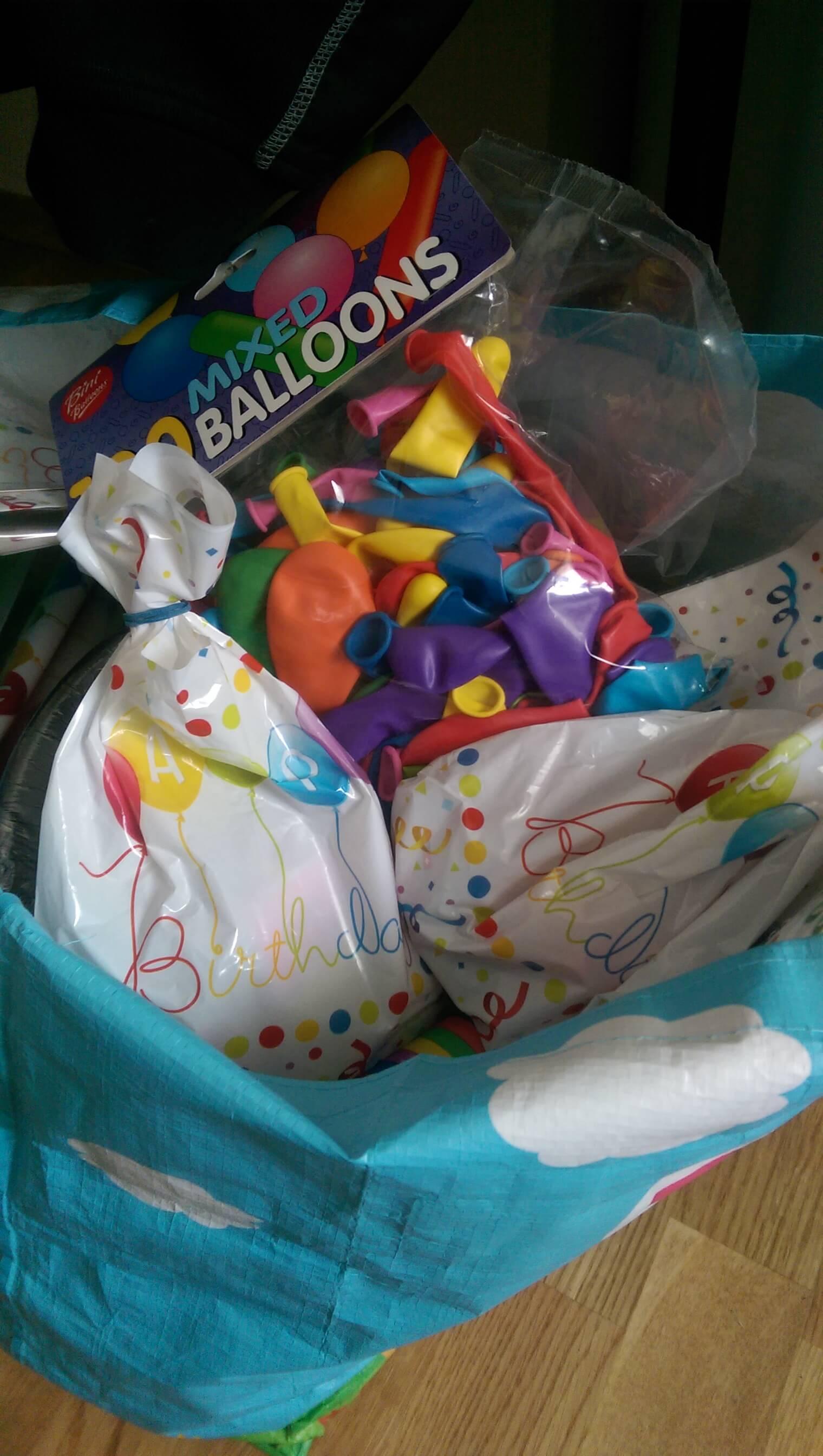 Godteriposer og ballonger på plass-i dag blir det bursdagsfest
