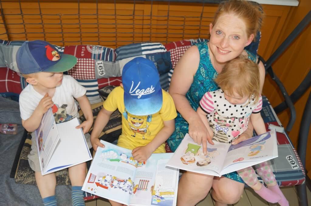 Sarah leser med barna sine